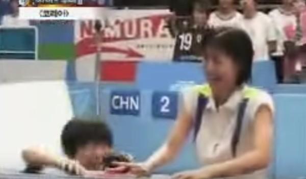 【爆笑】卓球の試合で真剣にサーブを打とうとしたらコントみたいな結果にwwwwwwww