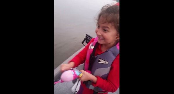 少女がおもちゃの釣竿で釣りをしていたら、予想外の大物が!!
