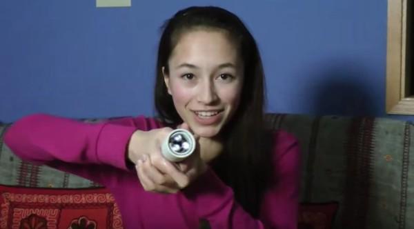 エネルギー源は「体温」!15歳の少女が発明した電池いらずの懐中電灯がスゴイ!!