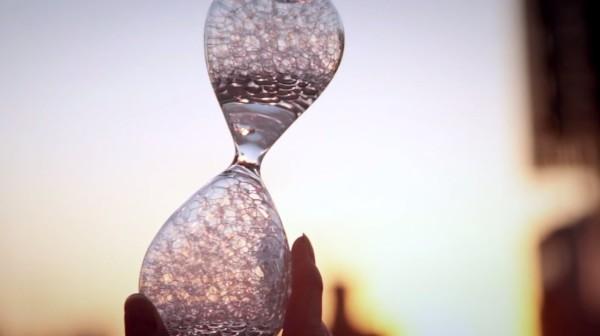 「時間を忘れる」ための時計「泡時計」が、ずっと見ていたくなるほど素晴らしい!!
