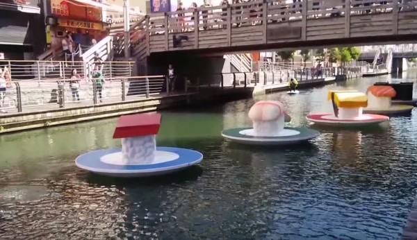 さすが大阪!道頓堀川に流れてきた直径3メートルの巨大寿司がめっちゃシュールwwwwwwwww