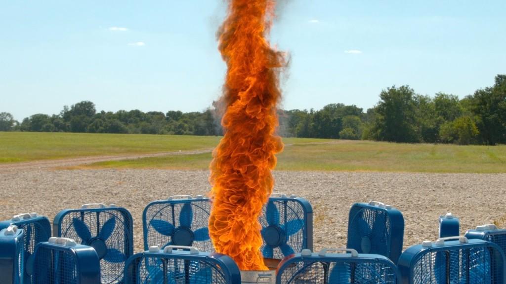 小さな炎が一瞬で巨大に!12台の扇風機で炎の竜巻「火災旋風」を再現してみた!!