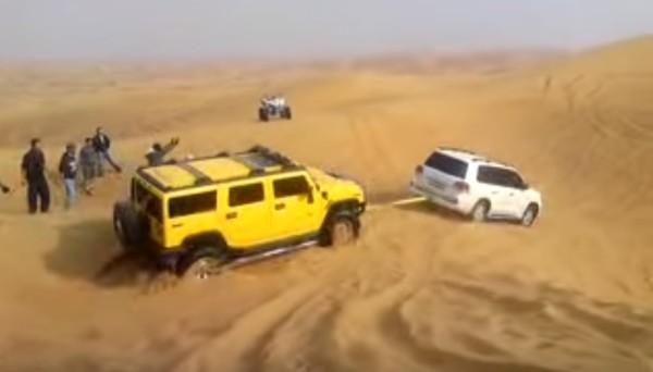 外国人大絶賛!砂漠でハマった「ハマー」を一発で救出するランクル!!