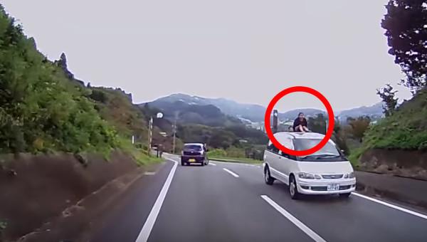 信じられない。。車の屋根に子供を乗せて走行するミニバンが撮影される!!
