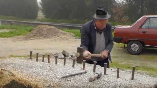 力はいらない!おじいさんが大きな石を手作業で真っ二つに!!