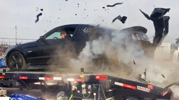 時速240kmでタイヤがバーストすると破壊力が凄まじい!!