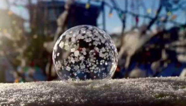 幻想的!極寒の地でシャボン玉を吹くと、こうやって凍る!!