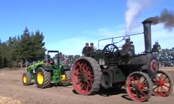 現代のトラクターと100年前の蒸気機関トラクターの綱引き勝負!大人と子供の戦いのような圧倒的な結果に驚き!!
