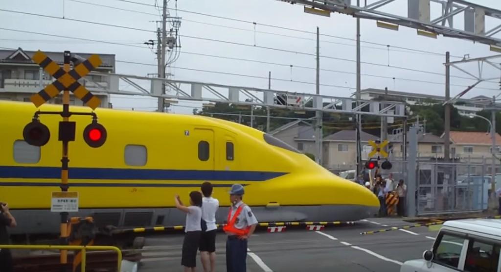 新幹線に踏切があるの?「ドクターイエロー」が通過していった!!
