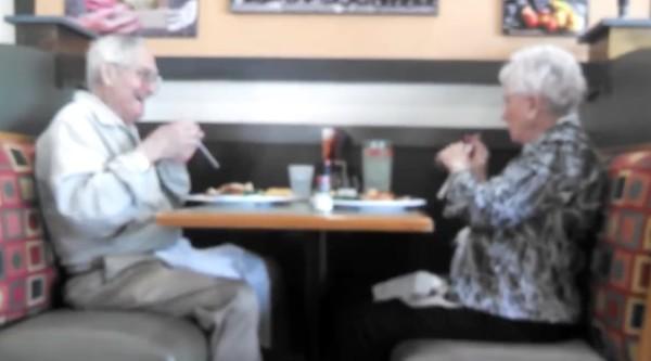食事中ストローでいたずらし合う老夫婦のやり取りが微笑ましすぎるwwwwwwww