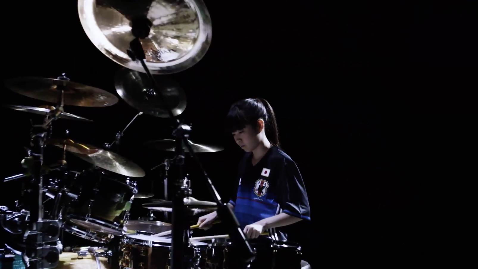 【鳥肌テク】頑張れニッポン!18歳の女性ドラマー川口千里さんが、サッカー日本代表の新ユニフォームを着て叩いて応援!!