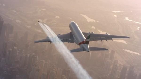 翼を持った生身の人間「ジェットマン」が旅客機と一緒にドバイの大空を飛ぶ!!