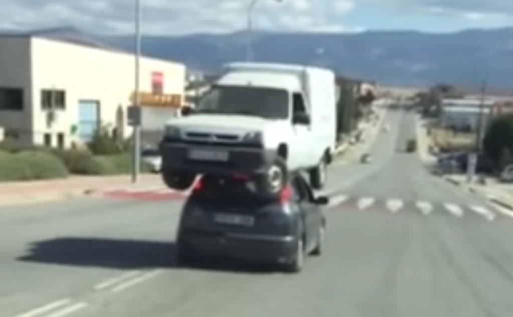 スペインの路上で、とんでもない方法で車を運ぶ光景が目撃される!!!