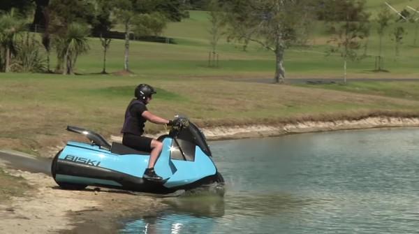 陸を走っていたら、急に池に向かっていくビッグスクーター!この後驚きの光景が!!