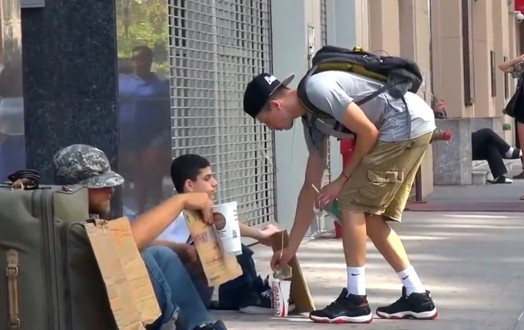 【感動】誰も恵んでくれないホームレスの男性が、隣に座る恵まれた少年にしてあげた優しさ溢れる行動