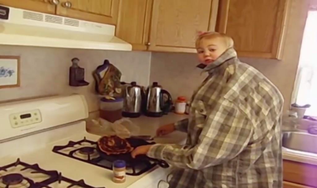 こんな大きな赤ちゃん見たことない!キッチンで料理するスーパーベイビー!!