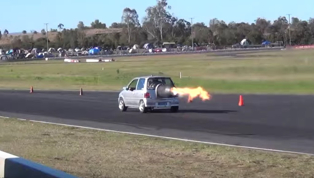 ダイハツの軽自動車「ミラ」にジェットエンジンを搭載して爆走!!