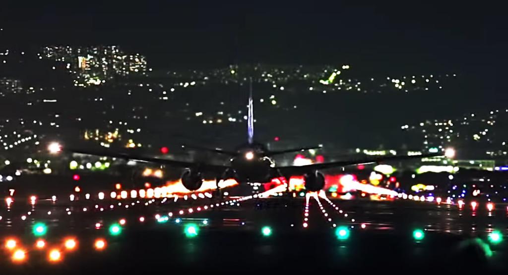 大阪伊丹空港の滑走路の夜景が、この世のものとは思えないほど美しい!!!