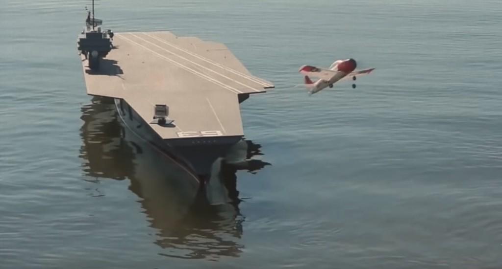 ミニ空母にラジコン飛行機が離着陸!昔の怪獣映画のような精巧なミニモデルが凄い!!
