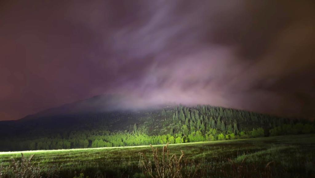 山肌や雲をも照らす「世界一明るいライト」の威力が半端ない!!