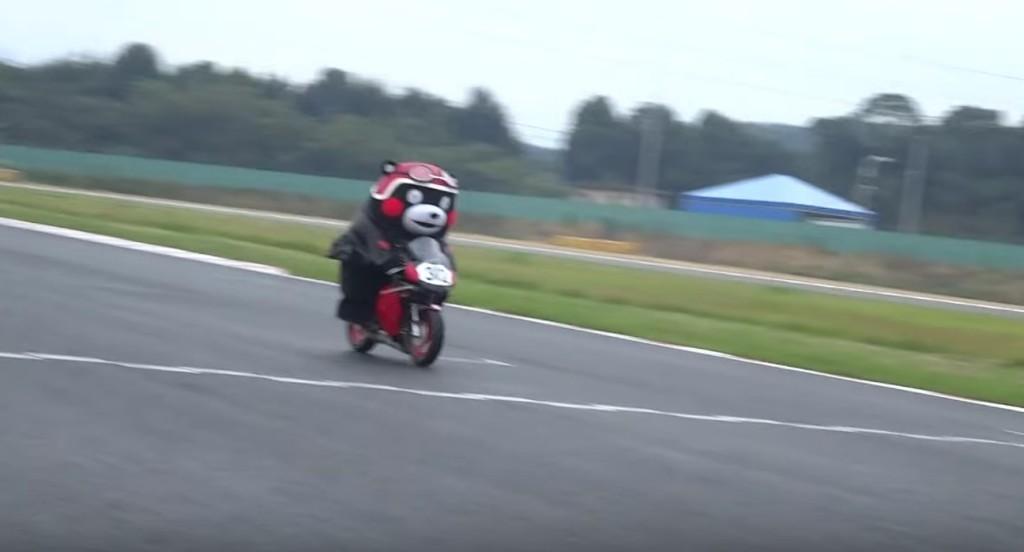 「くまモン」がバイクに乗って登場!お客さん大喜び!!