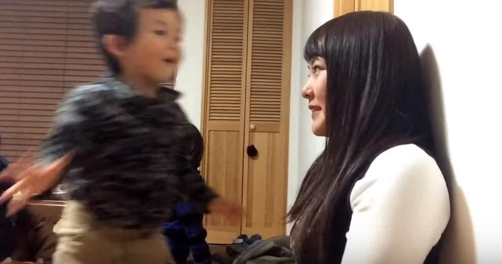 「顔近い!」3歳児の壁ドンにお姉さん悶絶wwwwwwww