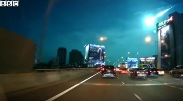 タイでまた「火の玉」が空を照らした!夜なのに昼間と見間違えるほど!!