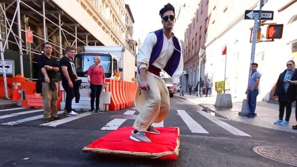 リアルアラジン登場!? NYに魔法のじゅうたんに乗った男が現れた!