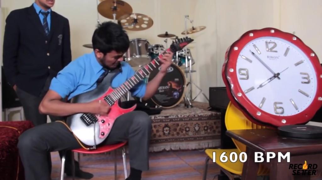 【神業】世界最速のギタープレイ動画が公開!残像しか見えないし、音が一つに聞こえるレベル!!