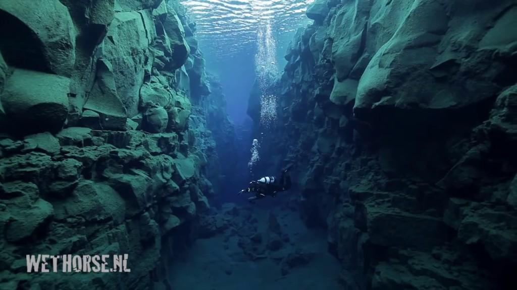150メートル先まで見える脅威の透明度!氷河が溶けてできたアイスランドの湖をダイビング!!