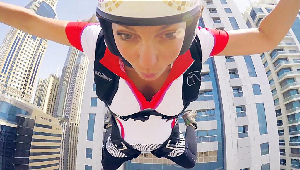 セクシーな女性アスリートが、ドバイの高層ビルからダイビング!飛び降りるときの緊張感がすごい。