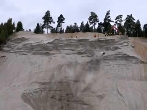 砂の崖をどんどんのぼっていく4輪車。うわ〜落ちそう。