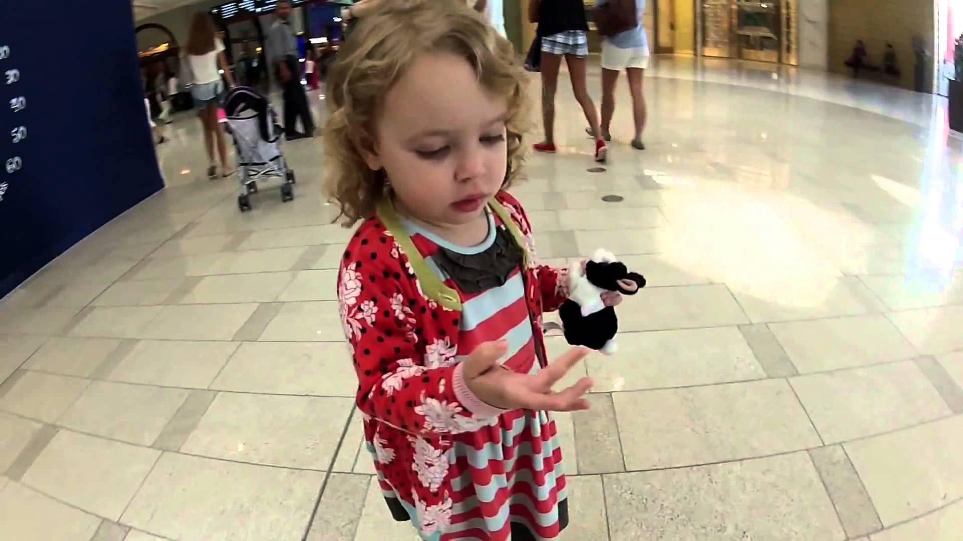ドバイのショッピングモールにきたアメリカの女の子。突然のムスリムの祈りの音楽に興味津々