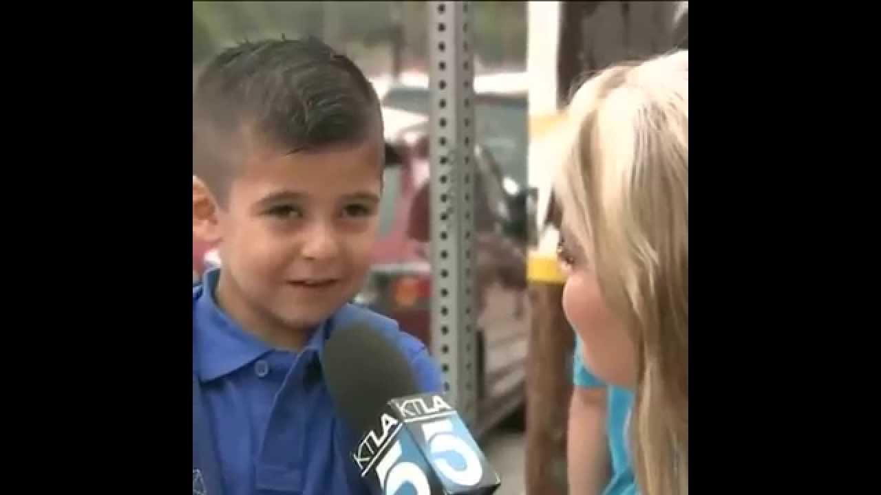 学校に行く途中でインタビュー。お母さんいないと寂しくない?と聞かれて強がるけど号泣!
