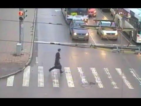 横断歩道を渡るよ〜。っと思ったら、追突事故!車に轢かれそうになったけど、ラッキーで切り抜けてみた。