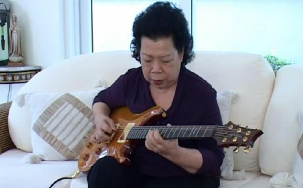 見た目はその辺にいそうなおばちゃんが、最高のブルースギターをプレイ!この人、只者じゃない!!