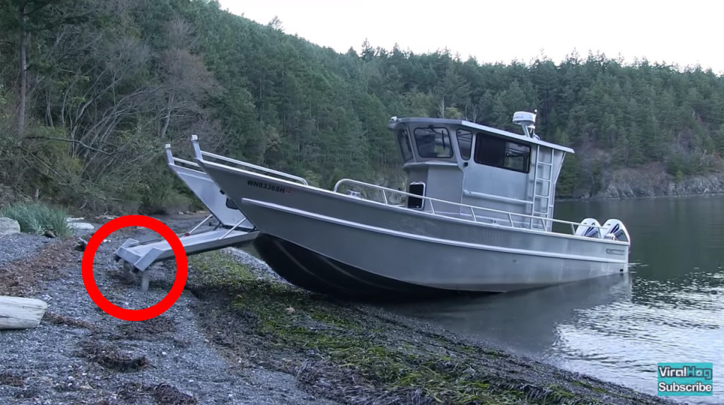 陸を歩いて着岸するボート