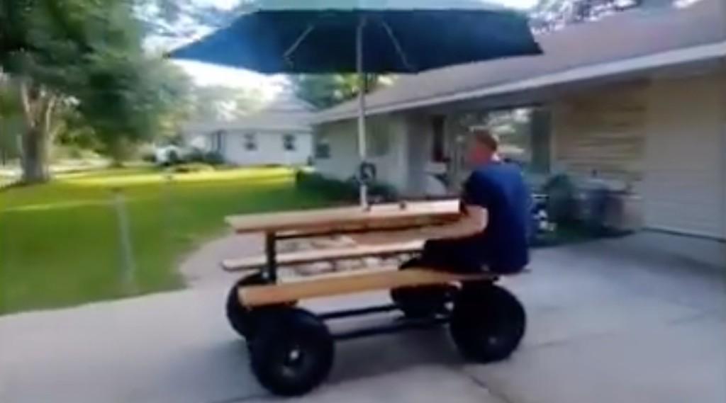 このテーブル椅子サイコー!エンジン付きで何処へでも行ける!!