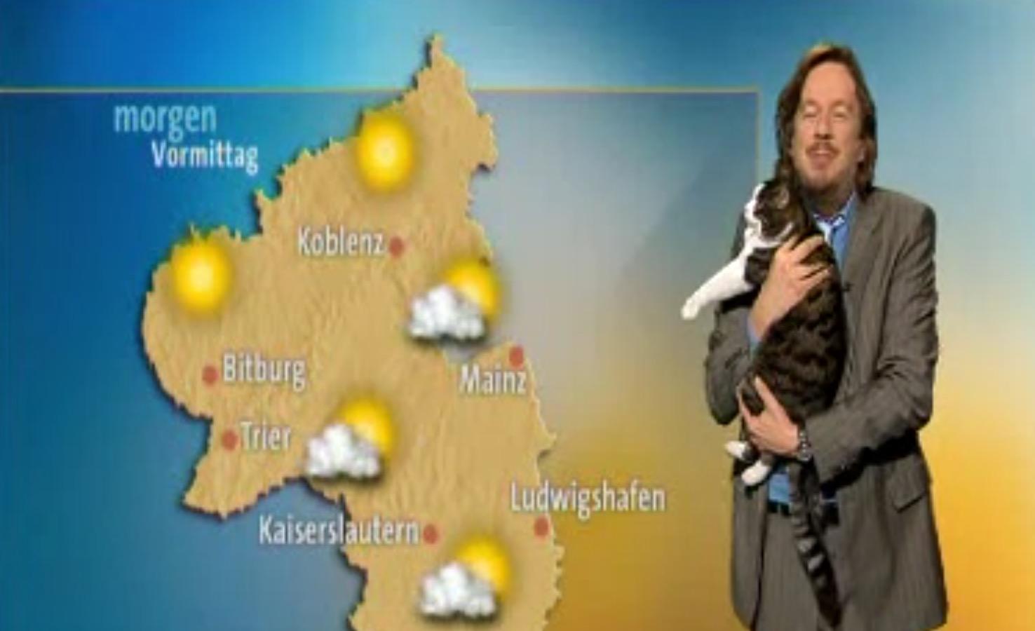 【放送事故】天気予報中に猫が乱入!抱っこしながらも放送続行!!