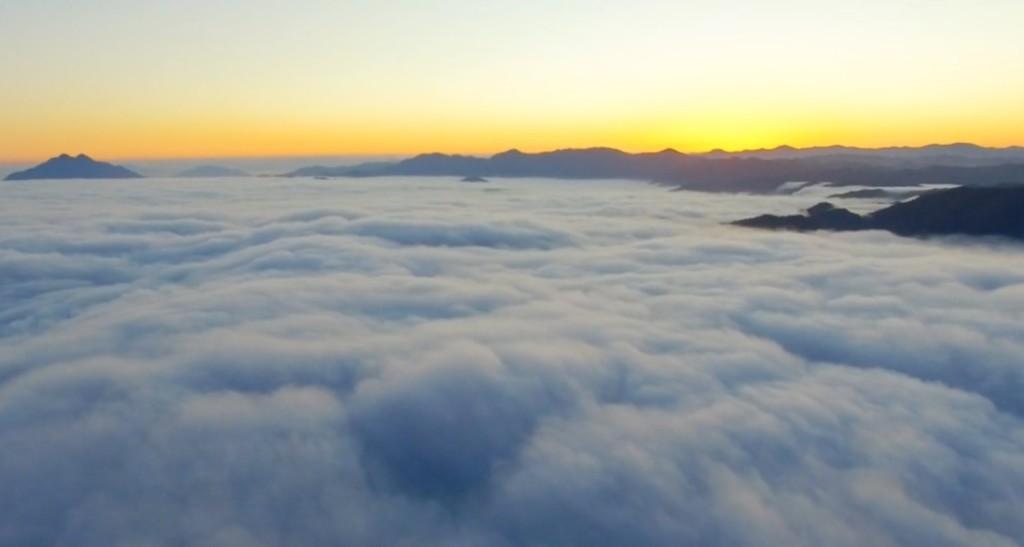 【絶景】一見するだけで寿命が1週間延びるとも言われる、京都「五老ヶ岳公園」の雲海の空撮映像が素晴らしい!!