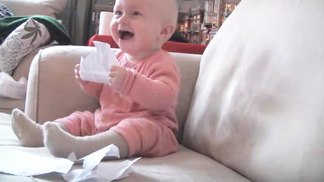 紙を破るのがツボって笑いが止まらなくなった赤ちゃんw