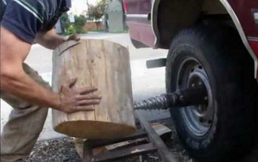 トラックの車輪を利用して「薪割り機」的に使う方法がすごい!!