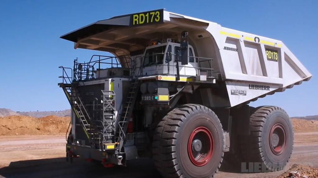 まるで巨大ロボ!超巨大トラックの組み立てを早回しで!