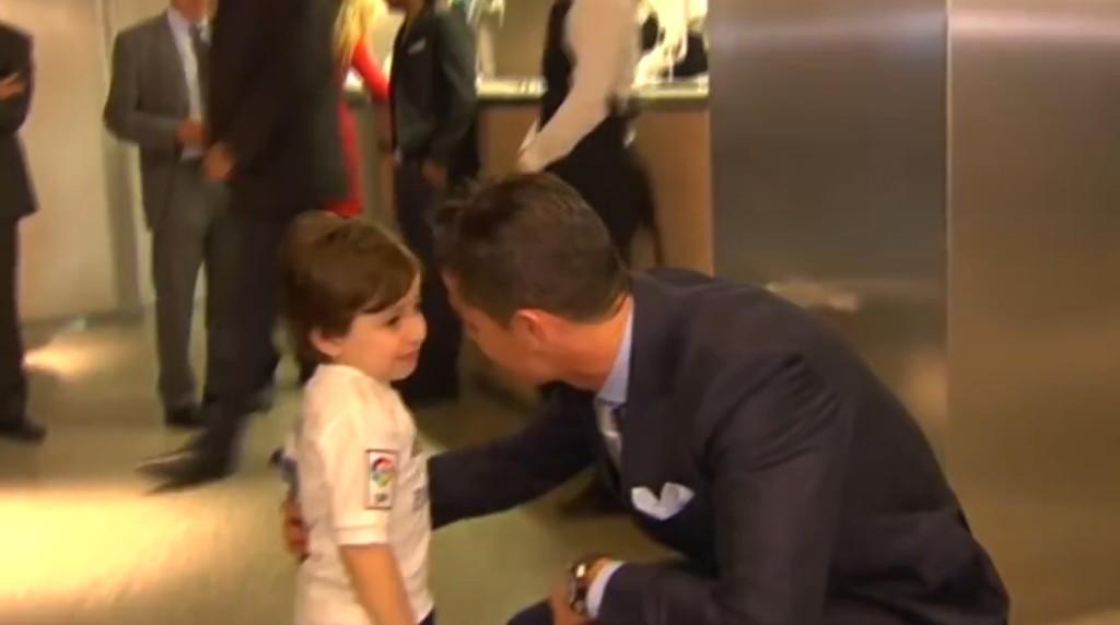 【感動】レバノン自爆テロで両親を亡くした3歳の少年を元気付けにロナウド選手が来た!対面した瞬間、それまで平然としていた少年が、、