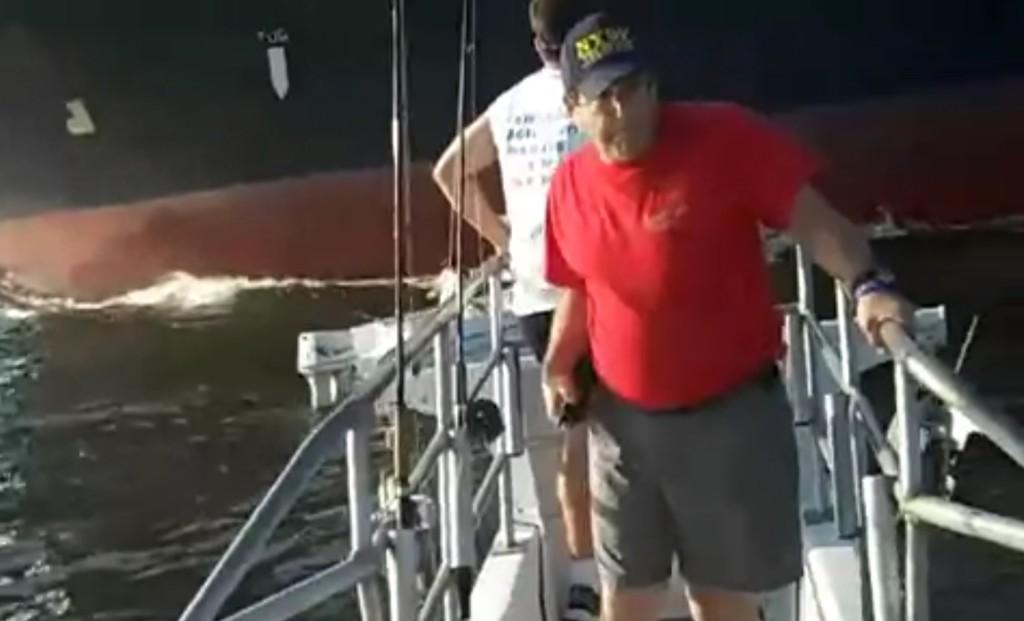 海上で故障して動けなくなっている小さな船。そこは巨大タンカーの進路上だった。。