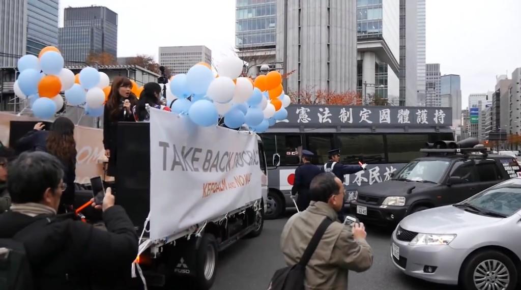 SEALDsのデモに右翼の街宣車が乱入!一触即発の危機!!