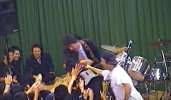 まるでロックスター!超絶ギターを弾き倒す先生に、生徒たちも大盛り上がり!!