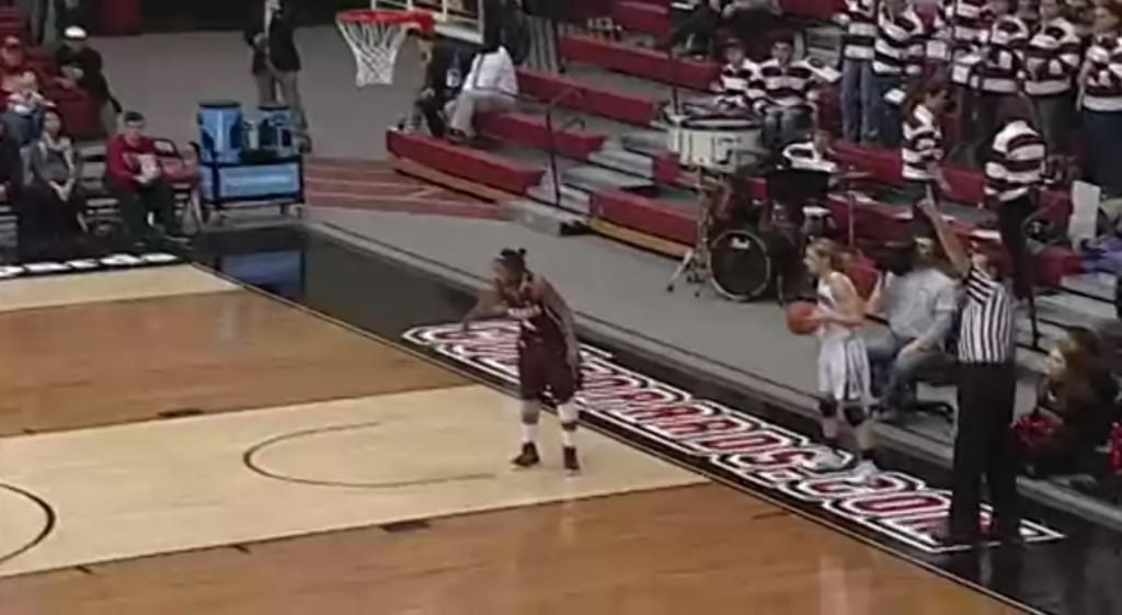 完全に騙された!女子バスケ選手の目からウロコの超トリックプレイに、会場大盛り上がり!!