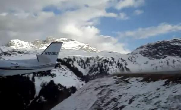 飛行機が下に飛んでく!めちゃ短い滑走路から、標高差を利用しての離陸が恐ろしい!!