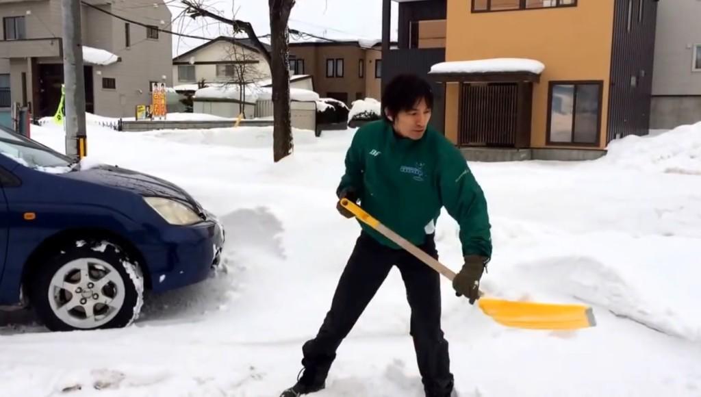 雪かきが断然ラクになる、腰を痛めないやり方!スコップ使いのプロ(造園業)が伝授!